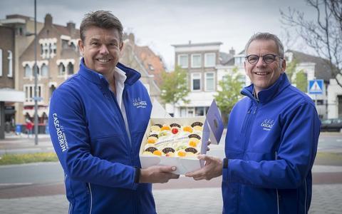 Marcel Lip en Hermi Hurmans nemen de taart in ontvangst.