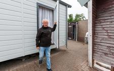 Woonwagenbewoner Guus Wolters is in conflict met Woonconcept. Het schuurtje met de badkamer (achtergrond) is los  van de woonwagen gesitueerd.