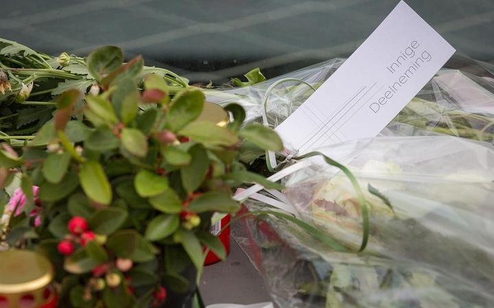 Er worden steeds meer bloemen gelegd op de plek waar de eigenaar van Lotus is omgekomen.