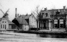 Hoofdstraat 1, met fabrieken en een molen aan de Willemskade
