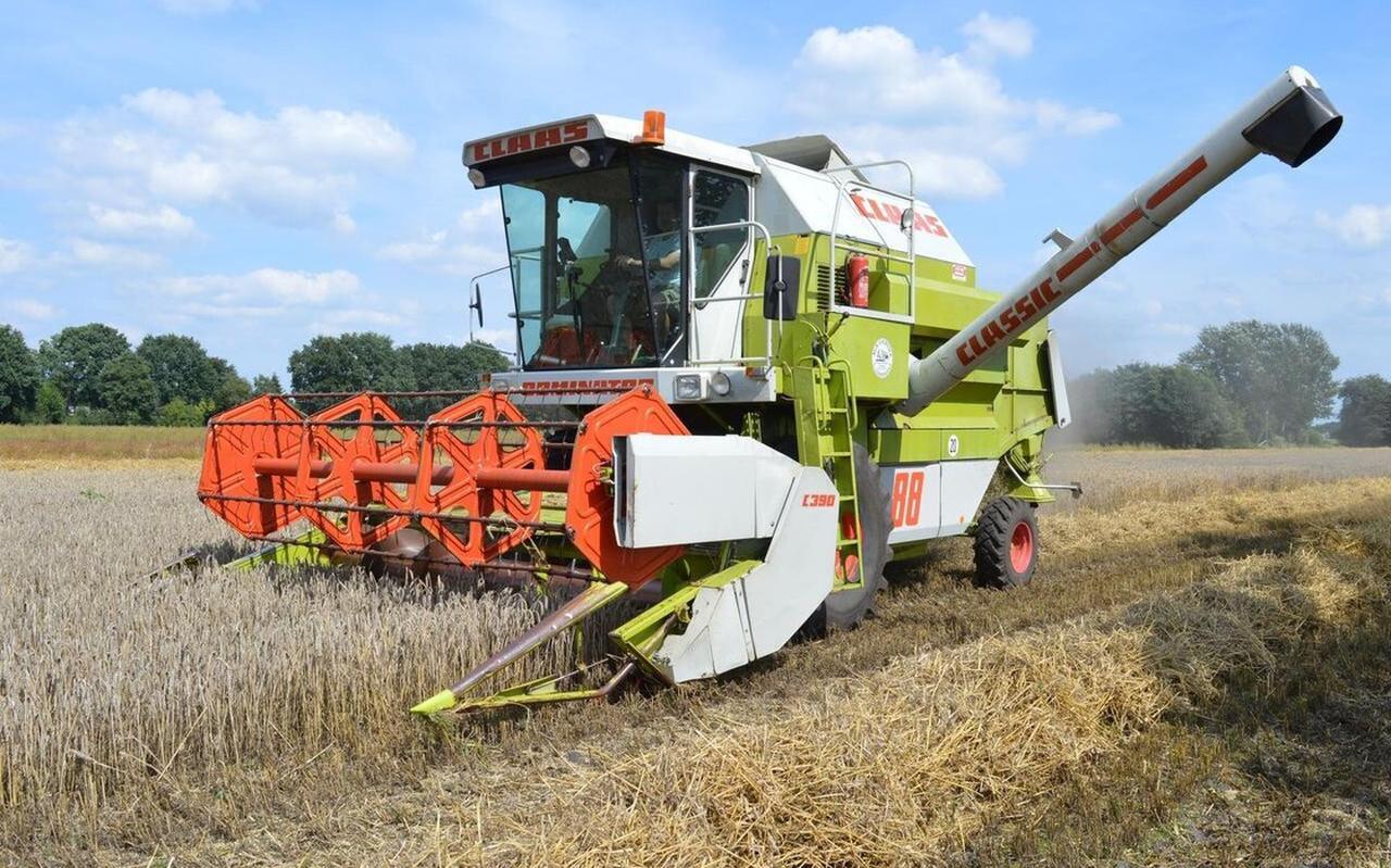 Landbouw in De Wolden, op de foto is Geert Lindenhols druk met het maaien van de rogge.