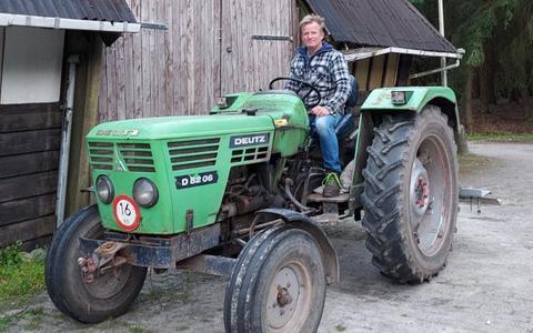 Voorzitter Roelof Otten heeft nadat de politie de Deutz vrijgegeven had, het trouwe beestje teruggereden naar het 'eigen erf' aan de Marten Kuilerweg.