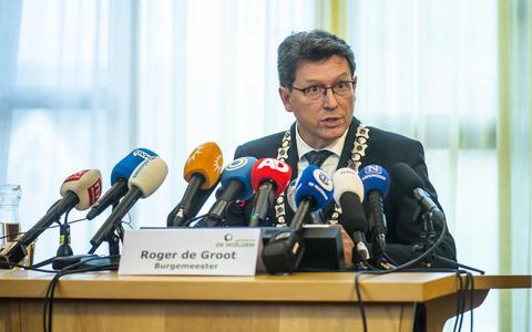 Burgemeester Roger de Groot van De Wolden vorig jaar tijdens een persconferentie over het verborgen gezin in Ruinerwold.