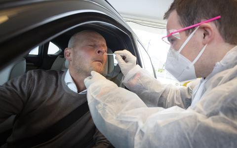 Gert-Jan Kreeft laat zich testen in zijn eigen coronasnelteststraat.