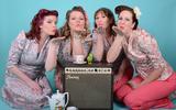 The Serenade Sisters maken een lied over Operatie Amherst.