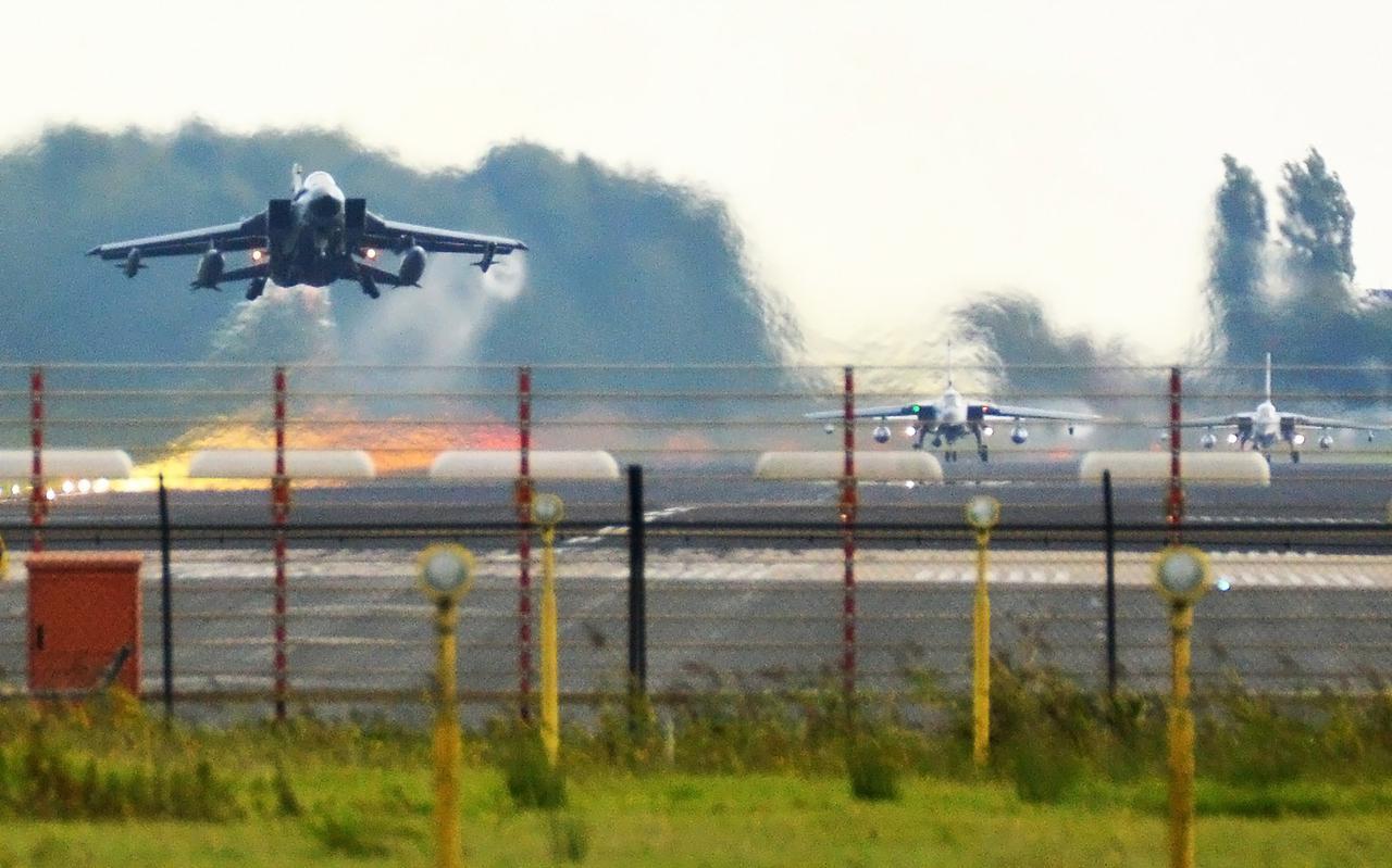 Enkele deelnemers aan de Wapeninstructeurs Cursus kiezen het luchtruim vanaf de Vliegbasis Leeuwarden. Het zijn Duitse Tornado?s die gespecialiseerd zijn in elektronische oorlogsvoering.