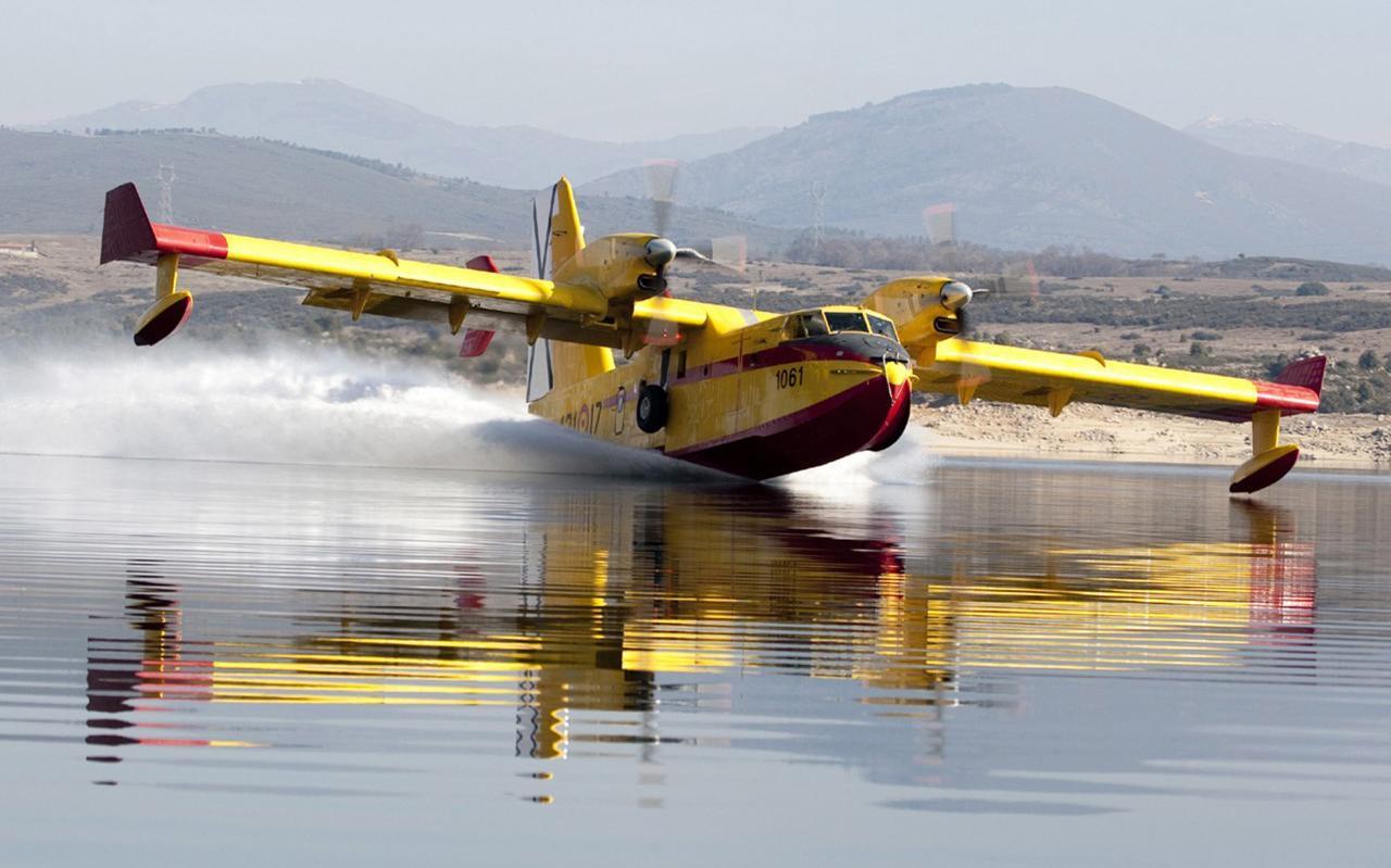 In slechts 30 seconden tijd worden de interne watertanks van de Canadair tot de nok toe gevuld tijdens het taxiën over de zee of een meer.