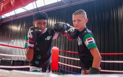 Jayden Vereycken (links) en Sven Profijt maken zich op voor het wereldkampioenschap kickboksen in Thailand.
