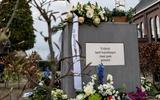 Het Venster van de Vrijheid met alle bloemen die er zijn gelegd tijdens Dodenherdenking.