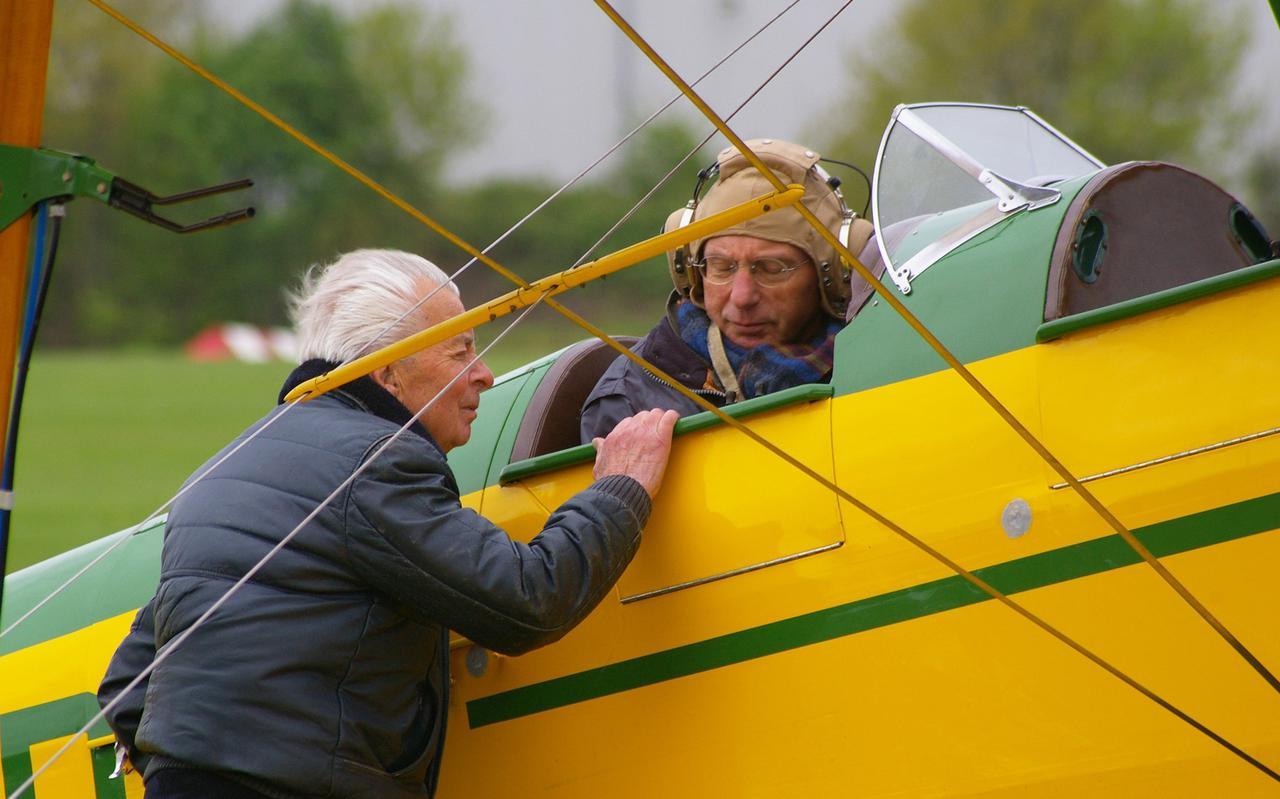 Het was de nestor van de Nederlandse Vliegende oldtimer scene, Jaap van Mesdag (links op de foto), die als eerste zag dat Van Egmond een groot technisch talent had.