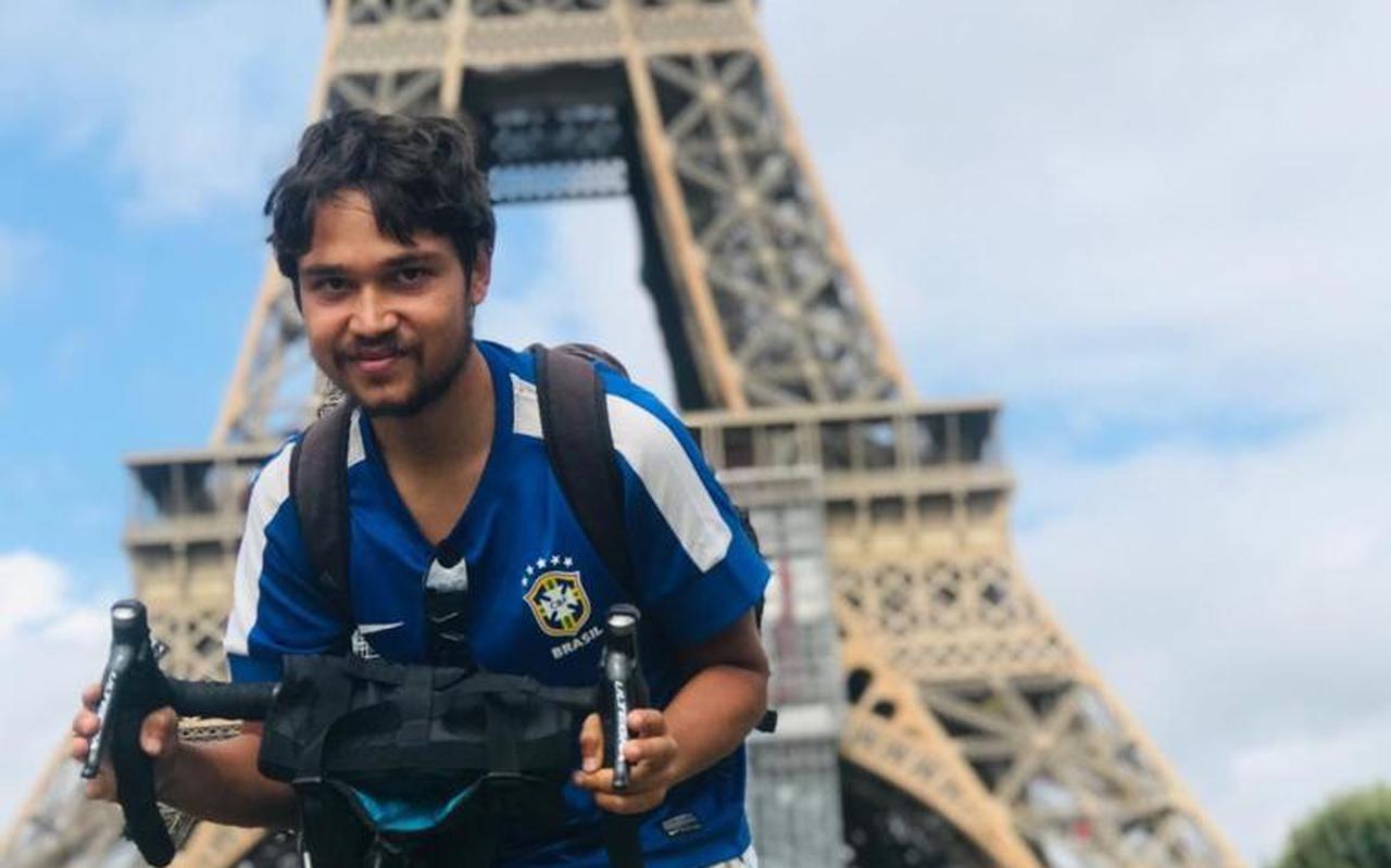 Elang Poort in Parijs, tijdens zijn reis afgelopen zomer.
