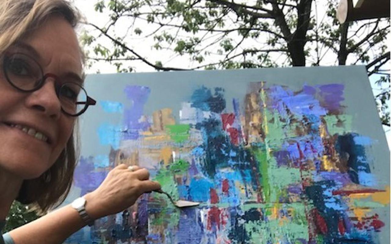 Ina Vogelzang met haar kunstwerk voor de Broodweken.