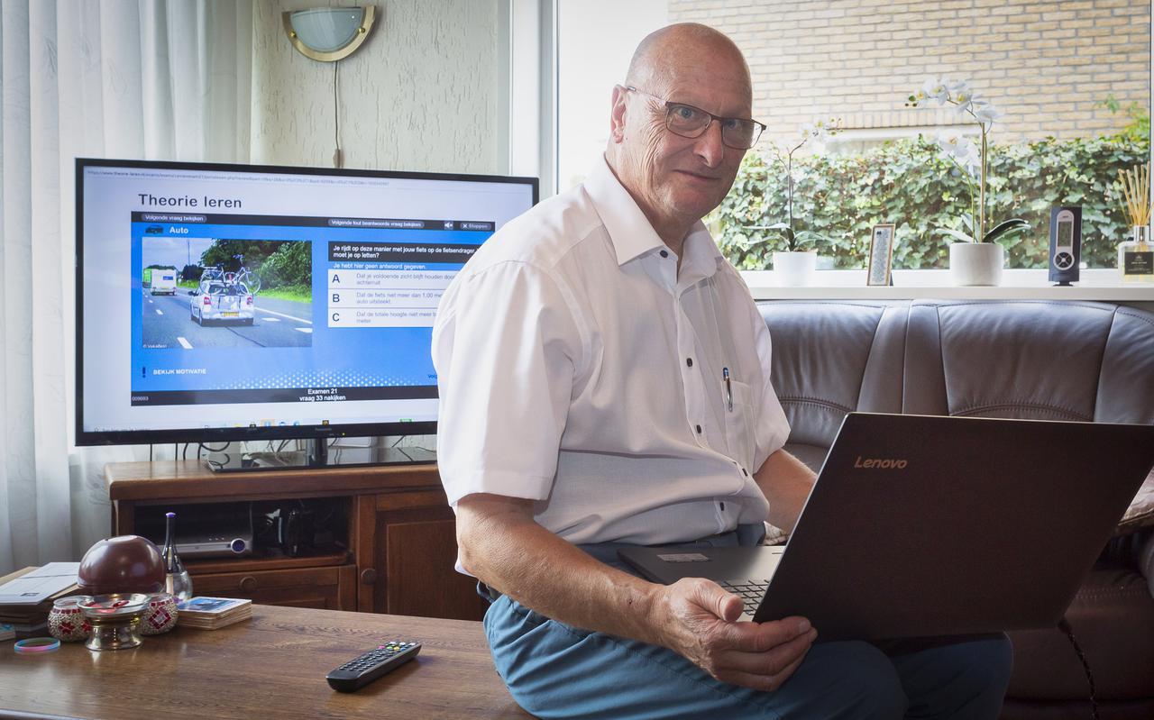 EDAS-rijschoolhouder Gerrie Schonewille (69) geniet van zijn vak. 'Het theorie-examen wordt door jongeren vaak onderschat.'
