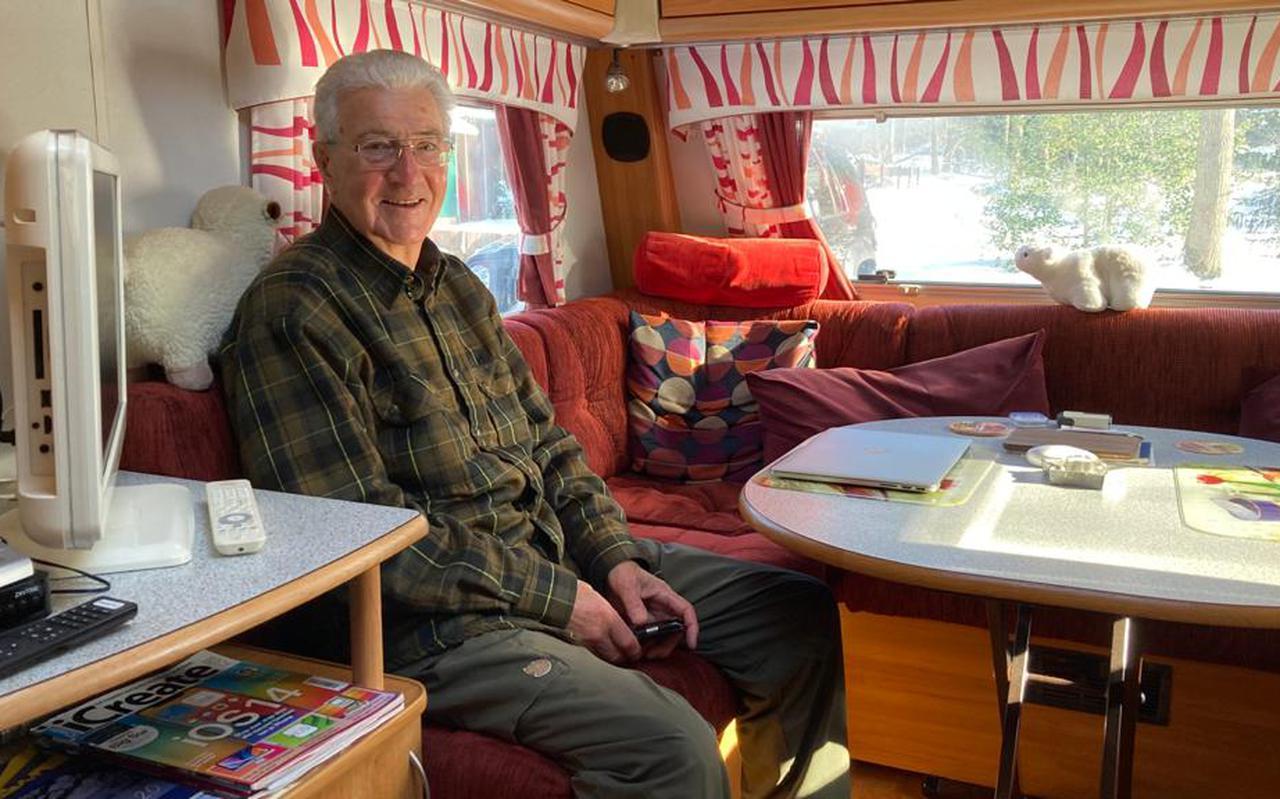 Pieter Kropff in zijn caravan.