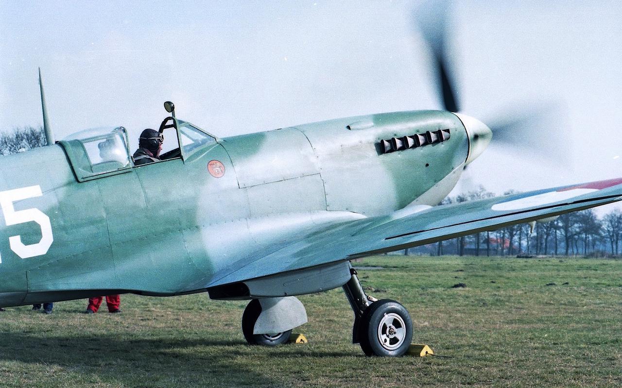 Een van de bekendste oldtimerprojecten waar Jack van Egmond een groot aandeel in heeft gehad, was de restauratie van een Spitfire. Hier staat hij op het punt ermee op te stijgen vanaf vliegveld Hoogeveen.