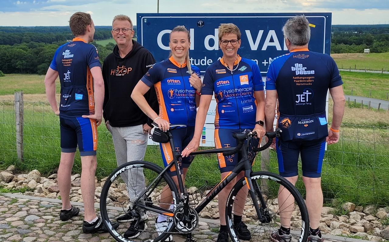 Team HOOP op de Col du VAM. Tweede van links Peter Cornelissen.