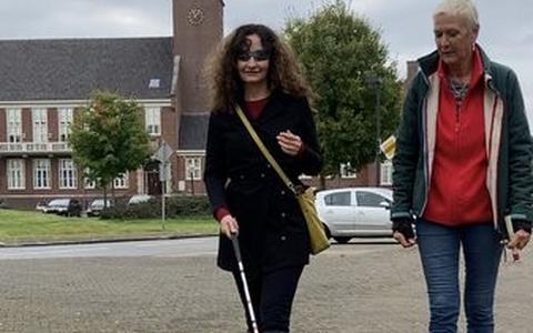 Wethouder Janita Tabak samen met Marlia Oosterhof, blindgeleidenhondentrainer.