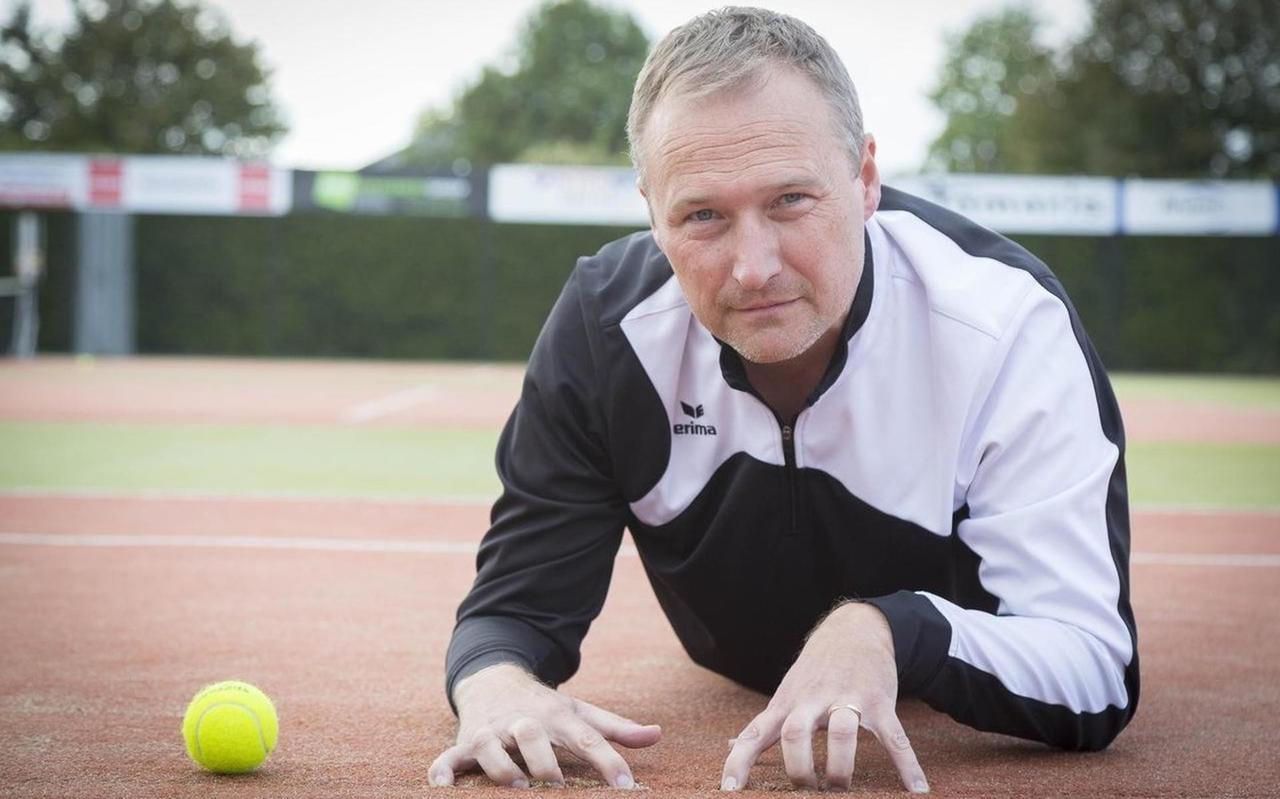 Vincent Martijn van TC de Weide op een versleten tennisbaan.