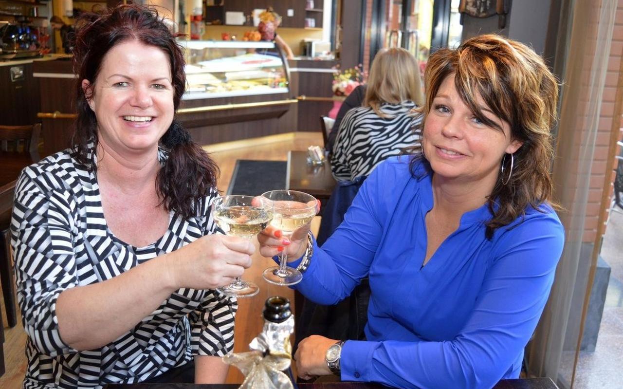 Meta Kroon (r) en Jacqueline Smit die samen De Berkenhof groot maakten
