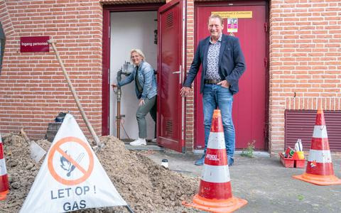 Wethouder Gerrie Hempen sluit de gasmeter af.