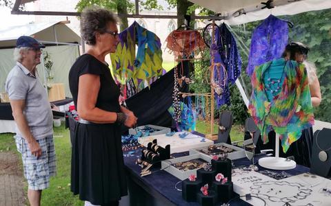 Genieten van beelden, schilderijen en keramiek tijdens de Kunstproeverij in Vledder.