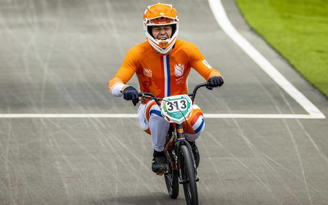 Niek Kimmann komt als eerste over de streep in de BMX-finale op de Olympische Spelen.
