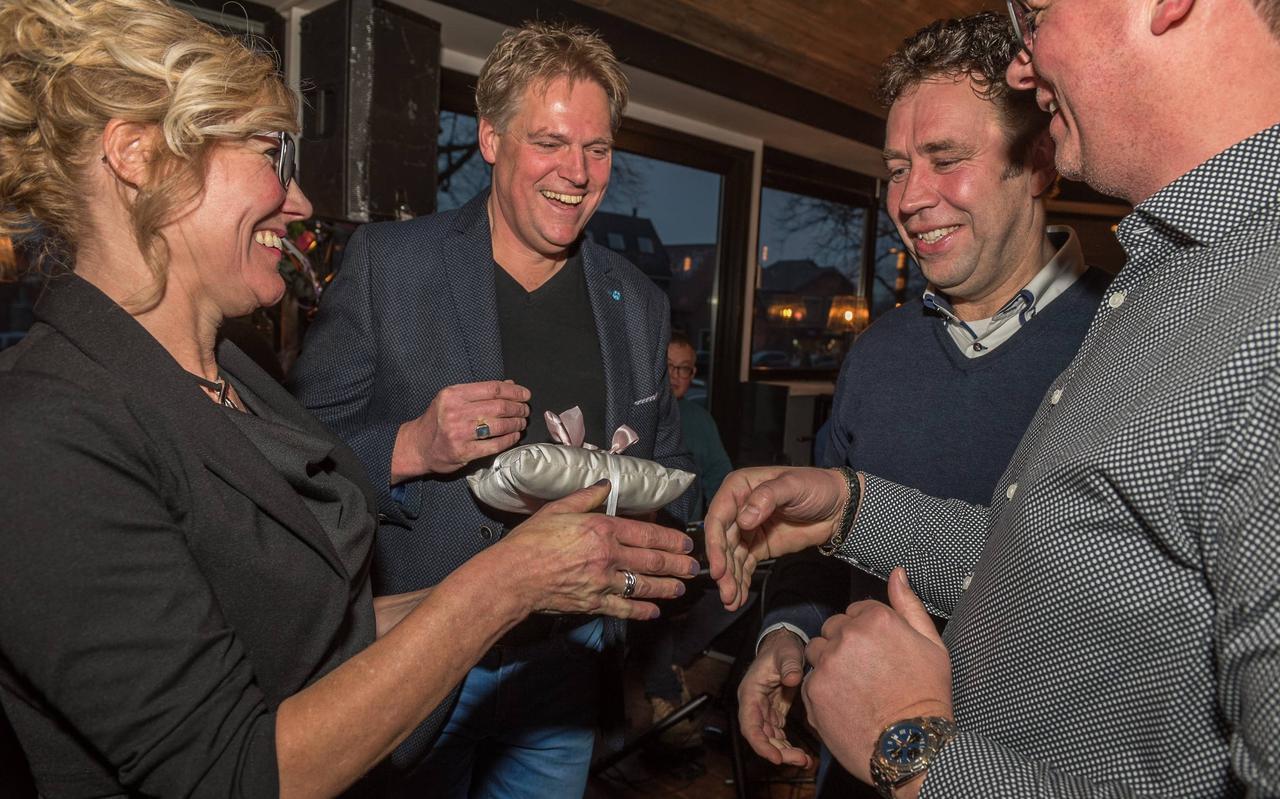 Roelie en Gert Boverhof bij de feestelijke opening van 't Wapen van Ruinen in 2019. Geheel rechts Jan Bork met daar links naast Ronald Luning.