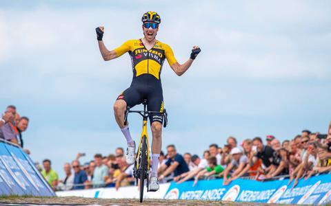 Timo Roosen gaat als eerste over de finish
