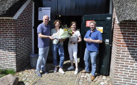 =Dita Duijndam met haar zus en broer, met links conservator Sjoerd Looijenga.