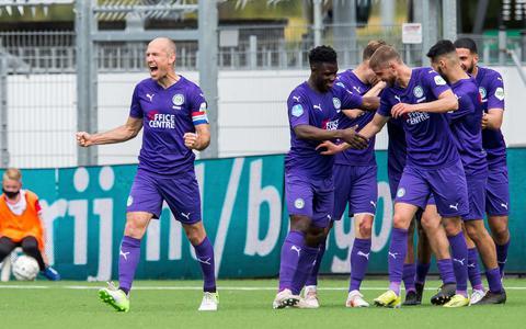 FC Groningen viert de doelpunt 0-2 tijdens de Nederlandse Eredivisie wedstrijd tussen FC Emmen en FC Groningen.