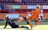 Vivianne Miedema scoorde twee keer, maar stuit hier op de Noorse keepster Cecilie Fiskerstrand.