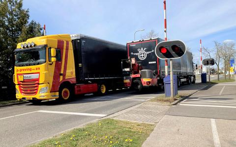 In Hoogeveen passeert vrachtverkeer elke dag talloze keren de brug in de Weg om de Oost, die dit jaar al diverse keren spontaan open ging zonder dat de slagbomen of rode lampen het deden.