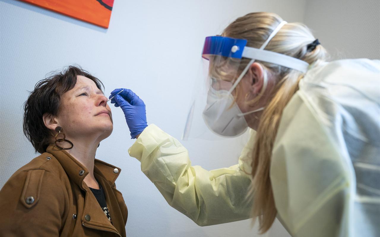 Een vrouw ondergaat een coronatest bij de GGD.