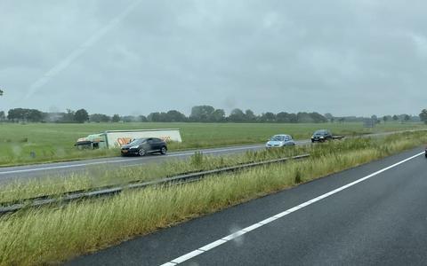 Een vrachtwagen is in de sloot beland op de A28 bij de Wijk.