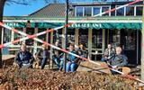 Uit protest op het terras in Zuidwolde. V.l.n.r.  Geri Hut (Den Kaat), Gerda en Jan Bartels (De Zuudwoldiger Huuskamer), Tosca Bennink (Café-Restaurant De Zuiderhof), Linda Langenburg en Nico Piel (Cafetaria-Eethuis Het Busstation) en Freek Monsuur van Café De Falieberg.