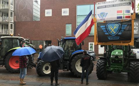 Ook bij de uitspraak verzamelden zich sympathisanten met tractor bij de rechtbank Assen