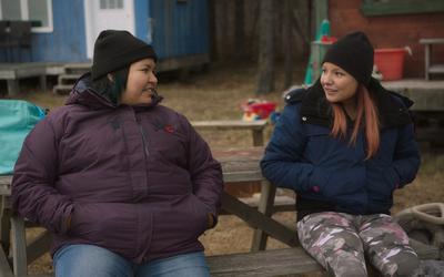 Scène uit de openingsfilm Kuessipan op het Internationaal Filmfestival Assen. Het levenspad van twee hartsvriendinnen splijt op hun tienerleeftijd.